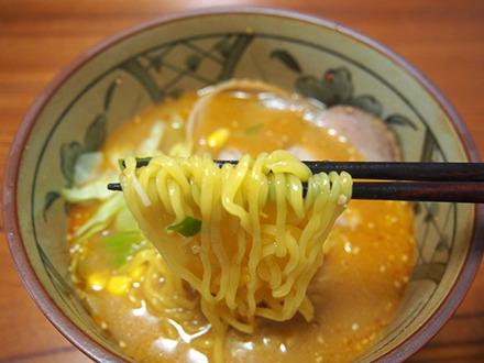 お湯かけで作る以上に生麺っぽい。これは煮た成果があった。