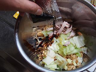 ボウルに湯切りした麺と具、そしてソースを投入。