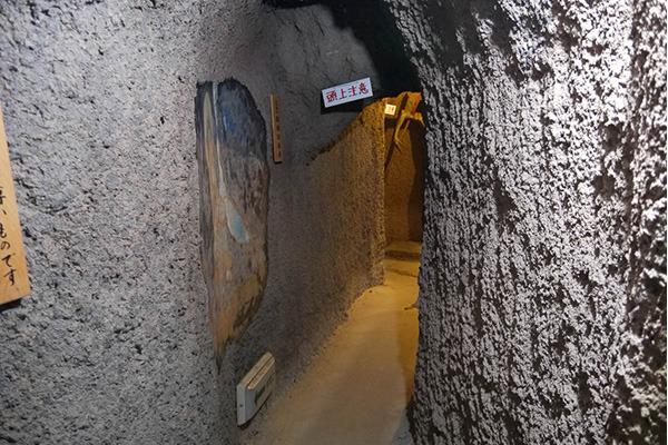 壁面がコンクリで固められた、完全なる人工洞窟ですな
