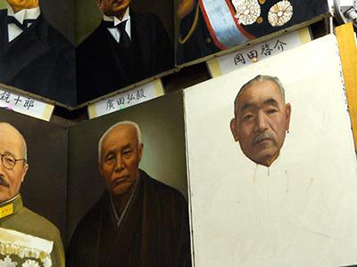 鈴木貫太郎に至っては首だけしか描かれていません。どういう順番で描いたんだろ、この肖像画?