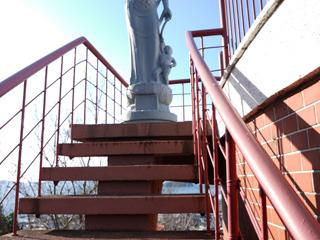 建物脇の階段を上がると