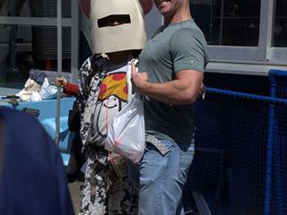 妙な仮装の人と写真を撮る外国人多数。日本人は遠慮気味。