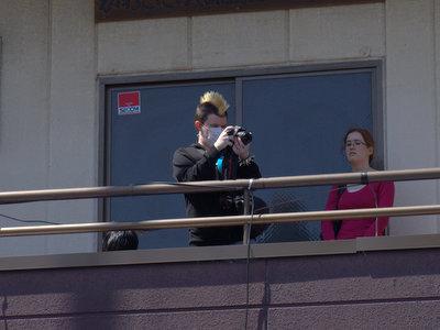 フラダンスの頭上で金髪モヒカンが写真撮ってるカオス。