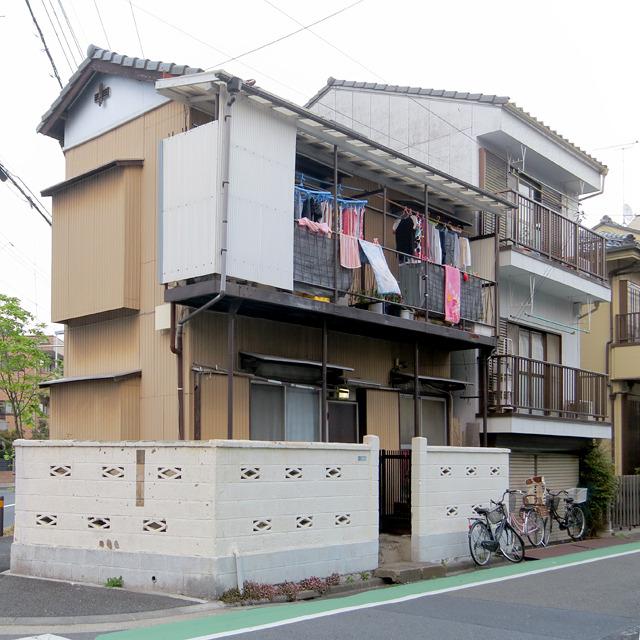 たとえば、これ。屋根に乗らない後バは、このようにアパートで多く見られる。屋根の上じゃないと「もとバ」感が出るのでさらに判断が難しい。でもこれは2階の窓が腰高だったから、たぶん後バ。