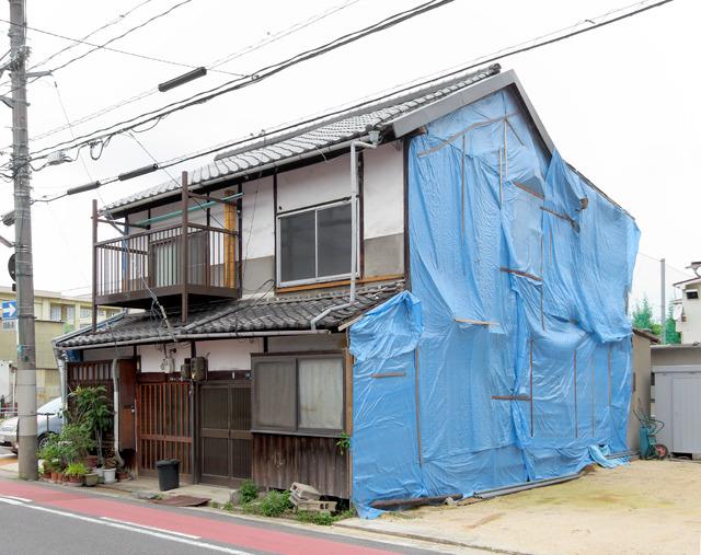 あとこの家、側面がすごいことになってた。