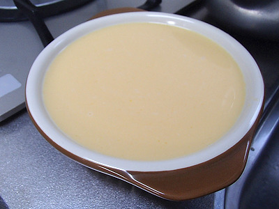 今回は表面に重りが乗せやすい様に平たいグラタン皿を使用。面積が変わると強度に多少影響がでますが、そこは誤差ということにして無視