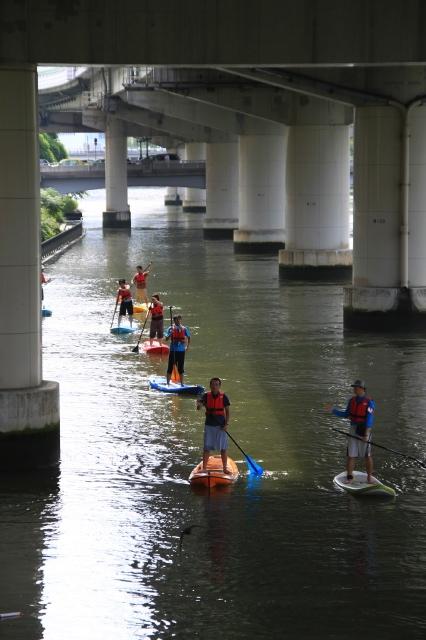 きっかけは大阪の橋脚の下で行われている「水上さんぽ」を目撃して、衝撃を受けたこと