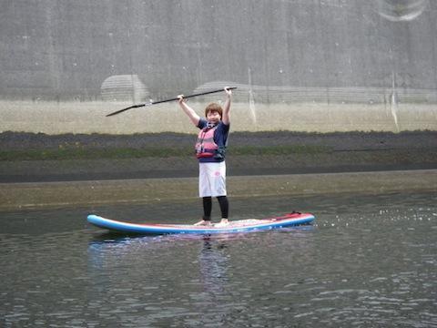 そして去年、東京・横浜の都市河川で、空気で膨らませるインフレータブル式のボードで活動するCanal SUP Associationの一員に加えてもらい(詳細はこちら)