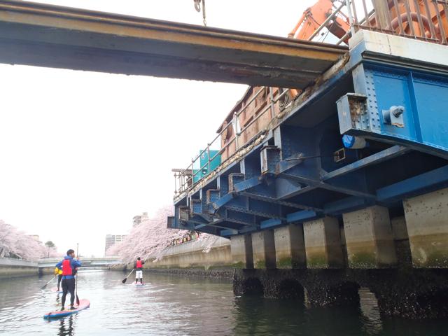 動力船だと一瞬で通り過ぎてしまうような、河川での土木工事の様子もじっくり観察できる。これは橋の解体工事。