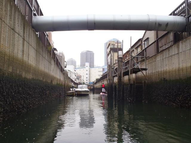 動力船が通れない狭い運河、大島川西支川を通るのはもちろん初めて。両脇は古くからの船宿街で、トーキョーアンダーグラウンドな感じである。