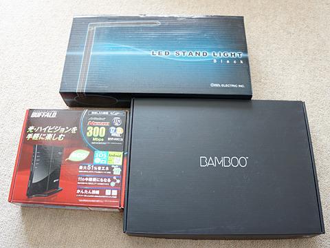 無線LAN、LEDスタンド、ペンタブレットの箱ども。