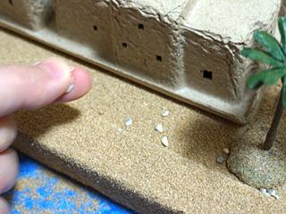 砂利(この縮尺では石だけど)撒いてみるとなおよろし。