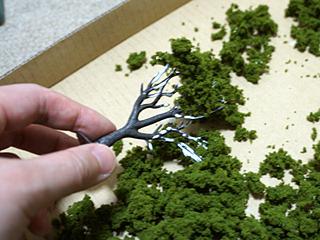 串カツをパン粉に浸すように、枝を緑に浸す。