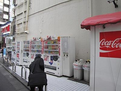 自動販売機や配管など、人工的な凹凸が狙い目。