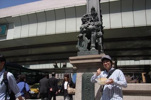 東京都章を抱えたかっこいい守護神とシチューかき回し