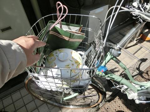 作ってきたシチューは自転車のカゴに隠して店に入る