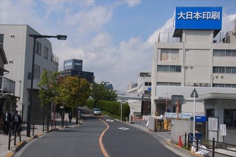 大日本印刷の工場に向かって坂になっている