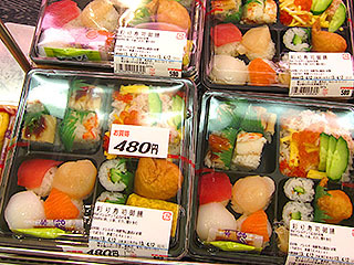 こちらの鮮やかな寿司セットは580円。なぜか1個だけ480円のがあったので購入。