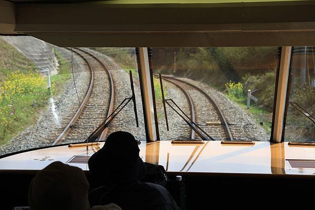 バックでしばらく登っていき、停車。その後、線路が切り替わると再び前進する。