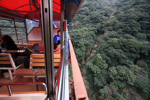 窓が開いてるのが最高。鉄橋の上ではゆっくり走ってくれる。