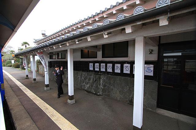 """温泉付きの駅。と言うより""""駅付きの温泉""""という感じの「阿蘇下田城ふれあい温泉駅」。"""