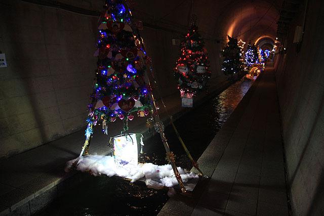 さまざまな光のオブジェが飾られている。年2回、七夕とクリスマスに合わせて模様替えしているそうで、この日はまだクリスマスモードだった。