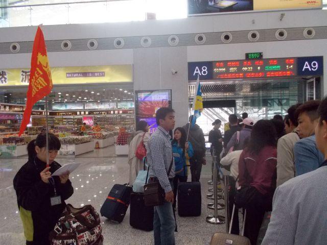 すぐ隣の香港からの観光客グループが並んで自動改札を通ってた。