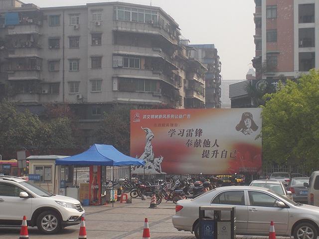 中国のどこにもありがちな駅だけに味のある広告。