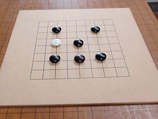 私は先生との指導碁。初心者なので9路盤(普通は19路)。ハンデ 付き。