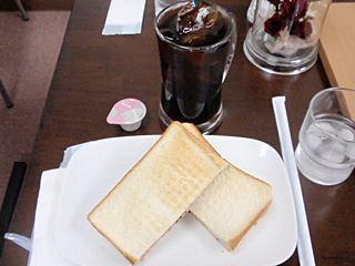 きりっとした苦味のアイスコーヒーとマスタードのきいたハムトースト。