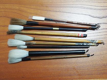 白いのは羊毛筆で、茶色いのが鼬毛筆。