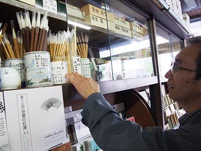 店内のあちこちから筆を出してもらう。