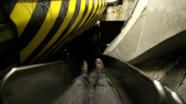 なんともワイルドな海底トンネルの滑り台