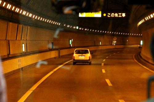 バスは10kmのトンネルを疾走し、いざいざ海ほたるへ