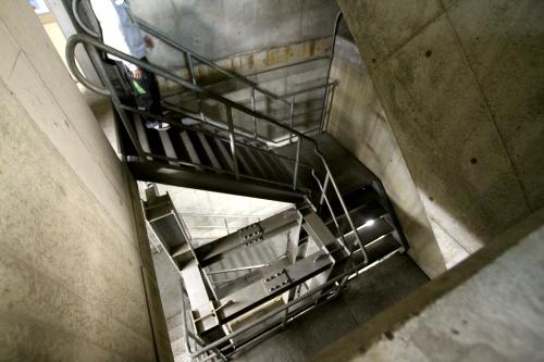 明るい地上から階段で一気にトンネルの深さまで下りる
