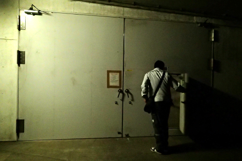 階段室から出てさらに重厚な扉を潜ると――