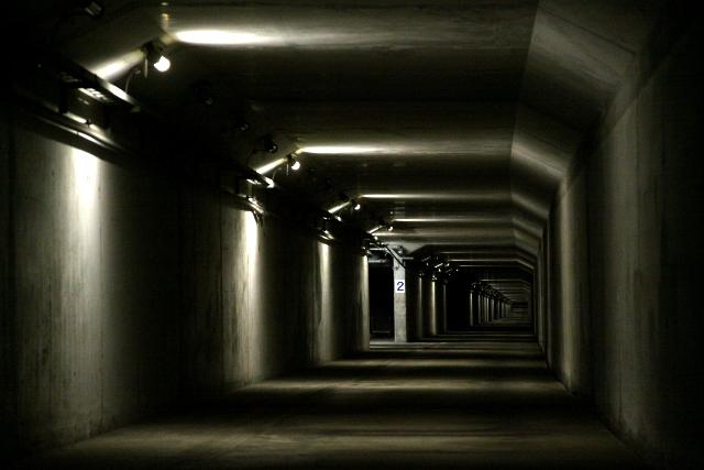 うぉお、川崎まで延々続く海底トンネルの緊急避難路に出た