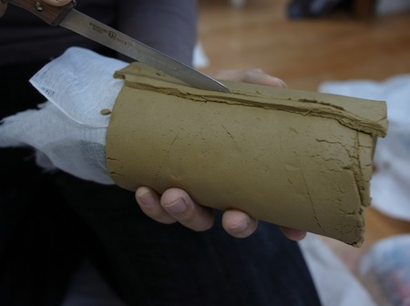 陶土を巻きつける。人間味のあるデザインの缶を使ったため、なんか罪悪感すごかった。