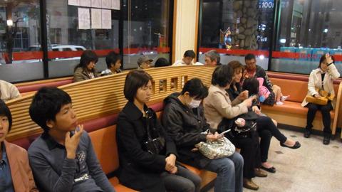 店が並んでるだけでは無く、店の中も並ぶ。安さからかカッパ寿司とくら寿司は30分以上待った。