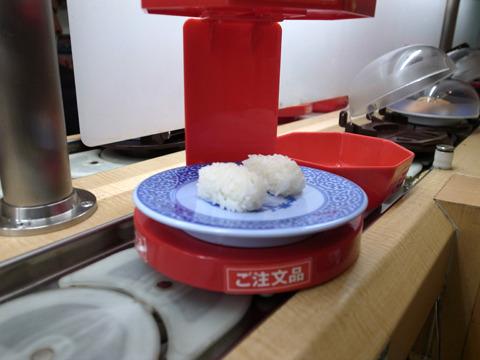 あざ笑うかのように流れてくネタ無し寿司。(なにコレ?!)
