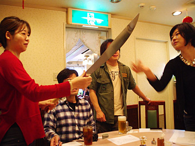 中国武術をやっているという参加者が青龍刀(もちろん模造刀)を持参してきた。さすが中華句会。写真左が主催の口八楽さん。