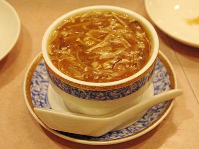 フカヒレスープの下には茶碗蒸し。この二重構造の喜びを伝えるには17文字は少なすぎる。