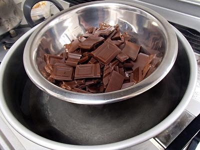 チョコを湯煎で溶かす。バレンタインの頃にはこんな作業が大量に行われているのだろう。