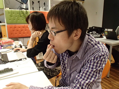 編集部の石川さんにも全部試食していただきました。謎な物食わせてスイマセン。