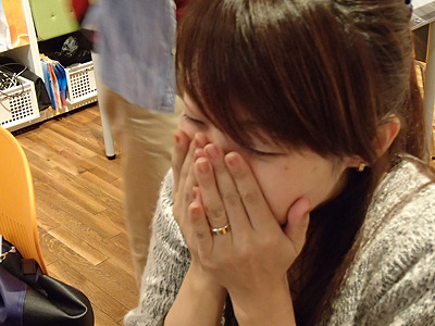 「このまま食べられない!」と編集部の橋田さん。ミルキーは噛んで食べると詰め物がとれるので危険ですよね。面倒な試食をお願いしてスイマセン。
