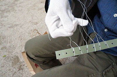 編みたい幅だけ針金を留める