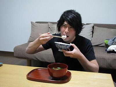 自分で用意した食材を自分で調理して自分で食べるだけなのに、罰ゲームを受けているような表情に。