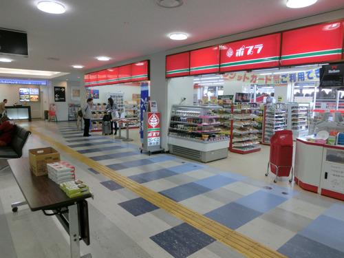 旅のスタートは鳥取・米子空港。空港の売店がポプラで山陰であることを実感(鳥取・島根でいちばん多いコンビニがポプラである)。