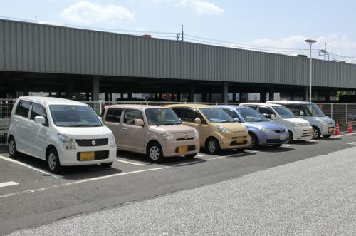 鳥取は軽自動車の世帯当たり普及率が日本一である。西村さんが教えてくれた(写真は米子のデパートの駐車場)