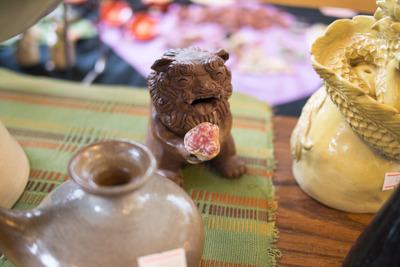 こちらは花束を持ったシーサー。